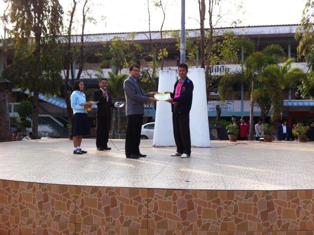 นายบรรพชนชัย กองรัตน์ ตัวแทนกลุ่มสาระฯ สุขศึกษาฯ รับเกียรติบัตรรายการแข่งขันกลุ่มสาระฯ สุขศึกษาฯ