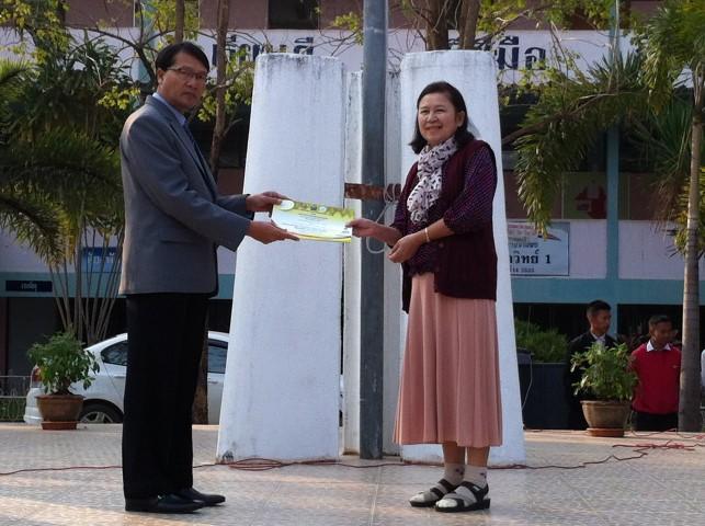 นางพิศมัย อุปดิษฐ์ หัวหน้ากลุ่มสาระฯ ภาษาไทยตัวแทนรับเกียรติบัตรรายการแข่งขันกลุ่มสาระฯ ภาษาไทย